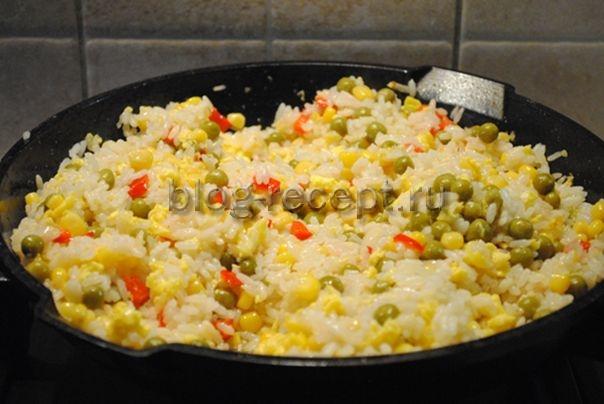 рис по-китайски с овощами и яйцом