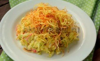 салат крабовыми палочками и с пекинской капустой
