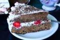 торт шоколадный с клубникой