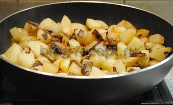 Картошка жареная с грибами и луком