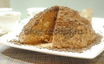 Про торты из печенья, я, конечно, знала и даже помню, как один из таких десертов мы делали с мамой, но во взрослой жизни они мне казались какими-то… несерьезными, что ли? И вот, делая относительно недавно сладкую колбасу, я подумала, а не попробовать ли соорудить торт? Как оказалось, это крайне быстрое и простое решение, с чем можно попить чай в трудовые будни! Так как на приготовление торта без выпечки со сгущенкой и простым песочным печеньем у меня ушло… ну, 15 минут. Ему, конечно, нужно было еще постоять в холоде и застыть, но это неактивное время и в счет не идет. В результате родилась вот эта подборка рецептов с фото, по которым мы приготовили несколько вариантов, объединенных одним простым базовым набором продуктов: печенье, сгущенное молоко, сливочное масло, которые и предлагаем вам сегодня посмотреть. Торт «Муравейник» из печенья без выпечки со сгущенкой и маслом Начну первая. Итак, у меня было простое развесное песочное печенье «Топленое молоко». Его как раз фасуют в пакеты по 0,5 килограмма – ровно столько, сколько надо. Сгущенка у меня обычная, не вареная. При покупке стоит обратить внимание на качество. Посыпала я свой муравейник сверху измельченным в блендере шоколадом, а внутрь добавила грецких орехов. Получилось «до не могу» просто, вкусно и очень сладко. Иногда, как раз, такого хочется – сладкого-сладкого. Ингредиенты: песочное печенье – 500гр; молоко – 200мл; сливочное масло – 200гр; сгущенка – 1 банка (400гр); какао-порошок – 1ст.л.; грецкие орехи – 1 горсть; шоколад – 0,5 плитки. Торт «Муравейник» из печенья в домашних условиях: рецепт с фото пошагово Масло достаем из холодильника заранее, чтобы оно постояло в комнатный условиях и стало мягким. Печенье нужно измельчить. Для этого можно использовать блендер, который сделает из него крошку. Но я бы рекомендовала примерно 1/5 часть печенюшек поломать руками на кусочки, тогда торт не будет совсем однородным, в нем, кроме, орехов будут попадаться эти кусочки и текстура будет интереснее. Крошку, кусочки