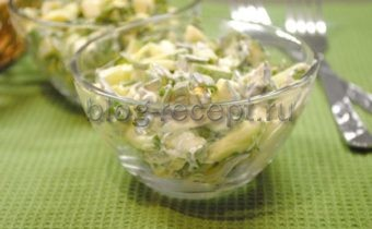 салат с зеленым луком и яйцом и огурцом