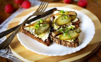 бутерброды со шпротами и соленым огурцом рецепт с фото