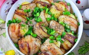 3 самых вкусных рецепта приготовления запеченной в духовке картошки с ломтиками бекона и сыром. Невероятно вкусное второе блюдо готовится недолго, выглядит празднично и аппетитно. Оно вполне бюджетное, однако на семейном обеде встречается с восторгом.