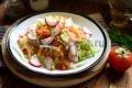 Источающий витамины и радующий глаз салат из пекинской капусты - праздник красок, летних ароматов, хруста нежной зелени. Два рецепта заправок - и не почувствуют себя обделенными ни любители майонезных закусок, ни почитатели здоровой пищи.