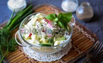 салат из молодой капусты с огурцами