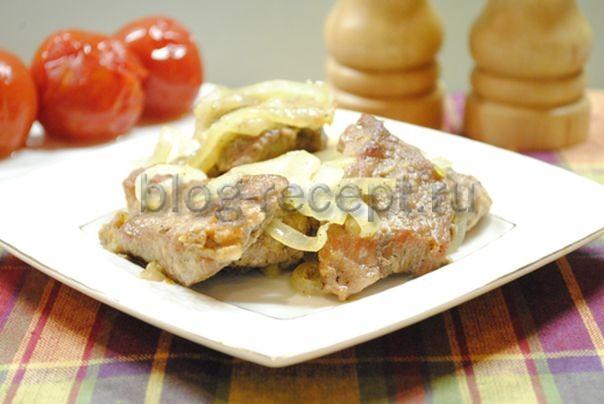 жареная свинина на сковороде кусочками с луком