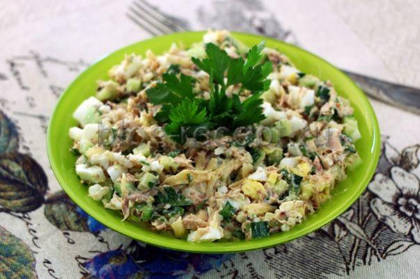 салат из консервированного тунца с яйцом и свежим огурцом