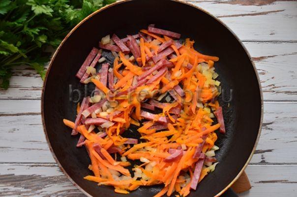 Суп с колбасой и морковью в сковороде - рецепт пошаговый с фото