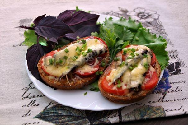 бутерброды горячие со шпротами