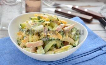 салат из кальмара с яйцом и огурцом и сыром
