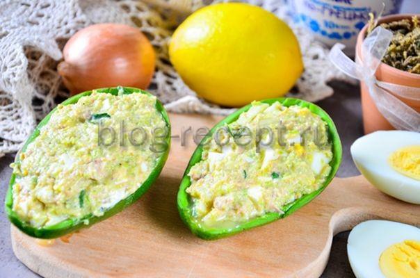 салат с авокадо, тунцом и яйцом
