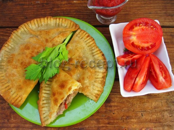 чебуреки с мясом, сыром и помидорами