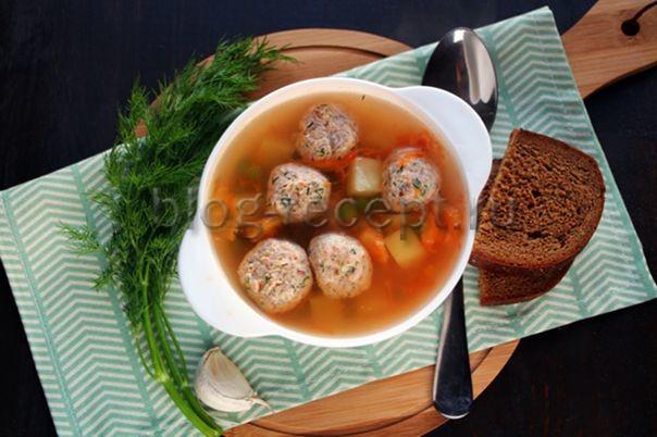 суп с рыбными фрикадельками и зеленым горошком