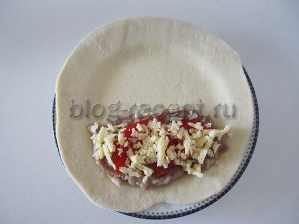 слой помидоров, посыпаем сыром
