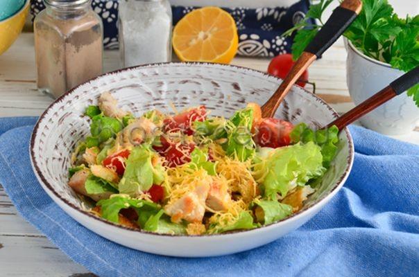 салат цезарь классический с курицей и сухариками и помидорами