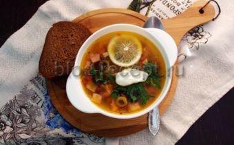 рецепт солянки с колбасой и оливками и лимоном