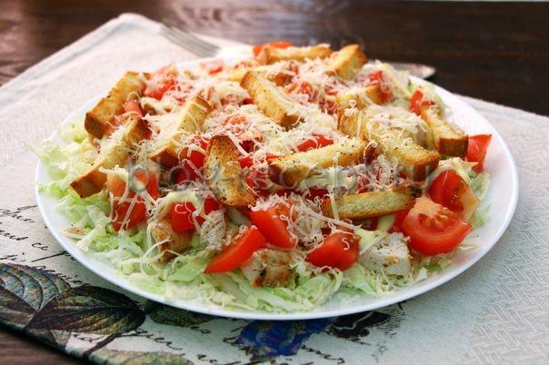 салат цезарь с пекинской капустой и курицей и сухариками рецепт