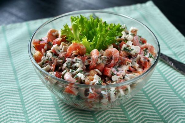 """Салат """"Морской"""": крабовые палочки, креветки и кальмары"""