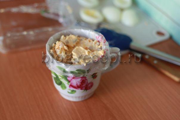 Оригинальный салат – яйца фаршированные «Селедкой под шубой»