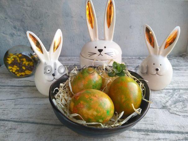 покрасить яйца в луковой шелухе с зеленкой