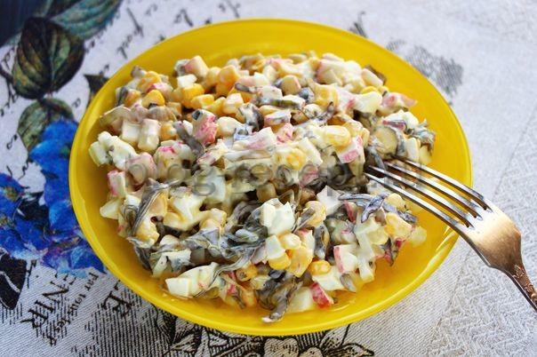 салат из морской капусты с крабовыми палочками и яйцом