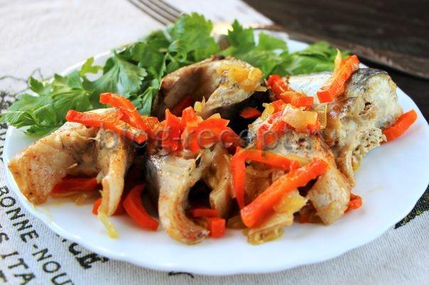 жареная скумбрия на сковороде с луком и морковью