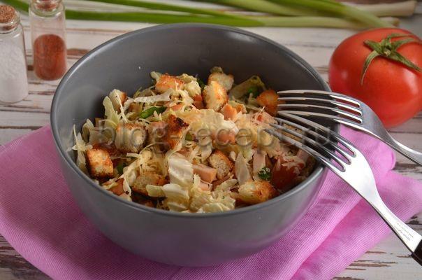 салат с копченой куриной грудкой и пекинской капустой