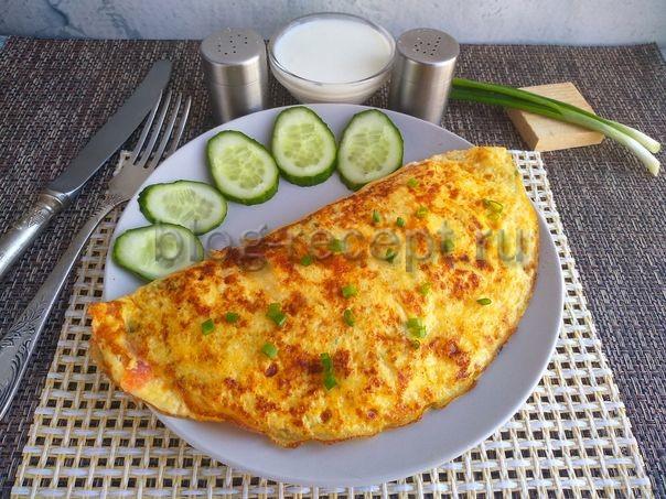 омлет с помидорами на сковороде с сыром