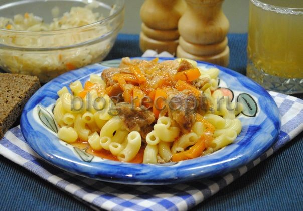 свинина тушеная с луком и морковью