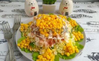 салат из кальмаров с огурцом и яйцом и кукурузой
