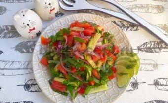 салат с щавелем и помидорами и огурцами