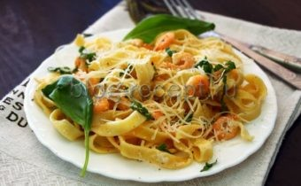 паста в сливочном соусе с креветками