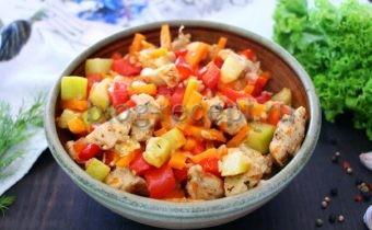 курица с овощами тушеная на сковороде