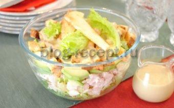 салат с копченой курицей и сухариками