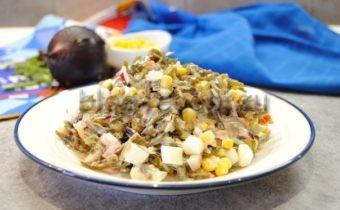 Салат из морской капусты, с кукурузой и яйцом