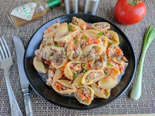 фаршированные макароны ракушки с фаршем на сковороде