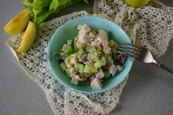 салат с курицей и сельдереем и яблоком