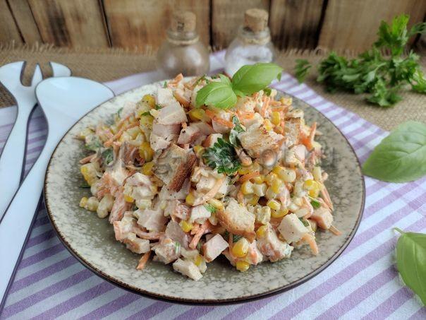 салат с копченой курицей и корейской морковью и кукурузой