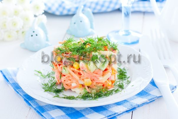 салат с копченой курицей, корейской морковкой, кукурузой и свежим огурцом