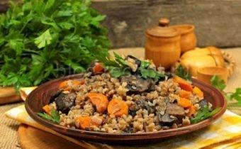 гречка с грибами и луком и морковью на сковороде