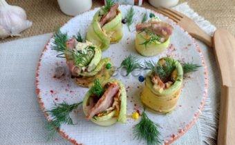Рулетики из кабачков с начинкой из сыра, зелени и бекона