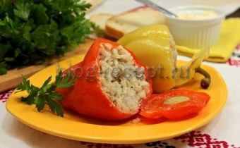 перец фаршированный мясом и рисом в сметанном соусе