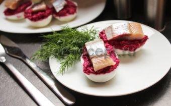 фаршированные яйца сельдью и свеклой