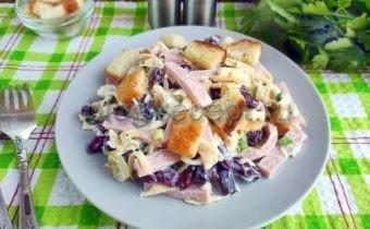 салат с ветчиной и сухариками и фасолью